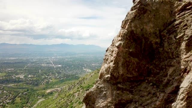 flygfoto canyon med utsikt över salt lake city - salt lake city utah bildbanksvideor och videomaterial från bakom kulisserna