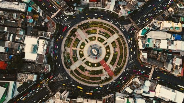 vídeos de stock, filmes e b-roll de vista aérea tráfego círculo na cidade - junção de rua ou estrada