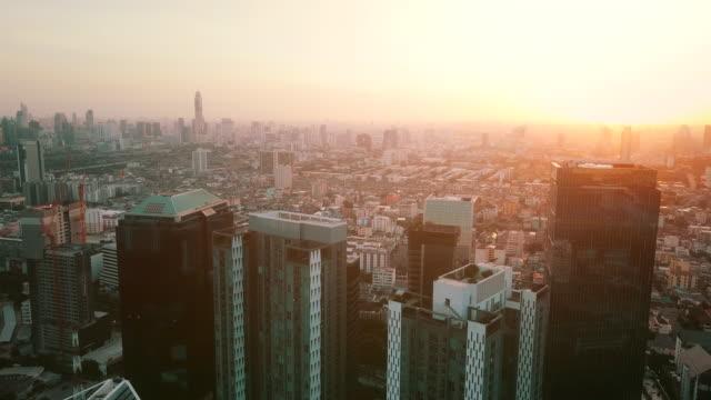 vídeos de stock, filmes e b-roll de cidade aérea da vista no por do sol - bangkok