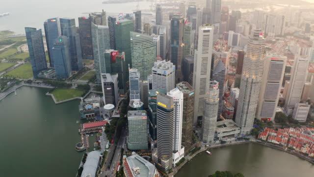stockvideo's en b-roll-footage met luchtmeningstadsgezicht met modern gebouw, verkeersweg en vervoer in centrum van zakendistrict binnenstad bij de stad van singapore - singapore