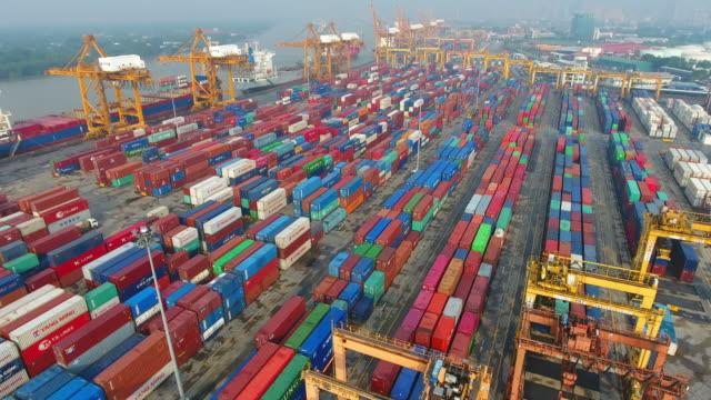 Luchtfoto containervracht vracht schip met werkende kraan brug op scheepswerf