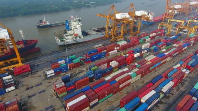 Luftaufnahme Container Cargo Fracht Versenden mit Kranbrücke in Werft arbeiten
