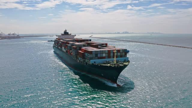vidéos et rushes de vue aérienne conteneur cargo porte-conteneurs conteneurs à partir du port commercial terminal pour la logistique d'affaires, l'exportation d'importation, le transport maritime ou de fret. - décharger