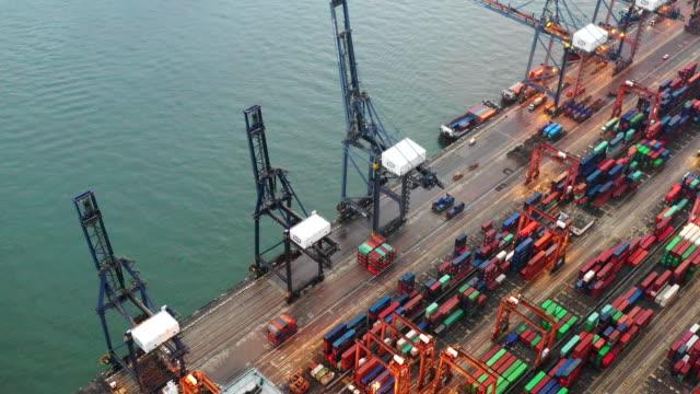luftaufnahme container-terminals - hochziehen stock-videos und b-roll-filmmaterial