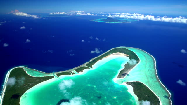 aerial view coral atoll reef tupai french polynesia - isola di tahaa video stock e b–roll