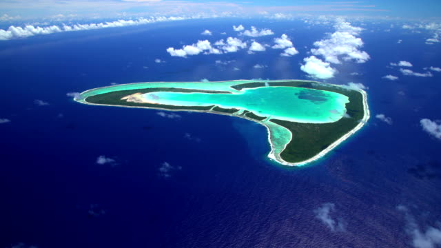 aerial view coral atoll reef tupai heart island - polinesia francese video stock e b–roll