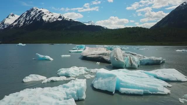 stockvideo's en b-roll-footage met aerial view cove, icebergs & mountains - baai