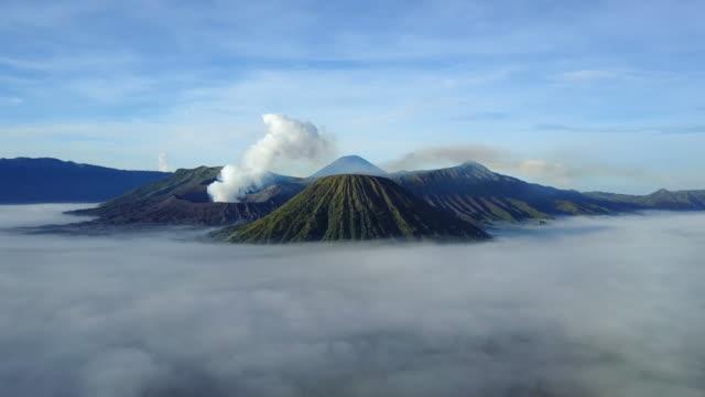 vídeos de stock, filmes e b-roll de 4k: cratera de vista aérea de bromo vista aérea do vulcão, java oriental, do vulcão de bromo de câmera de zangão na indonésia - lava
