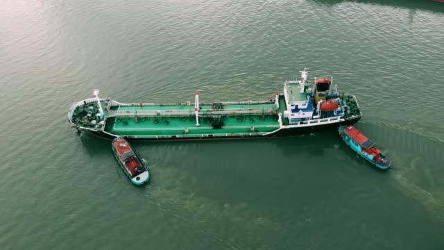 vídeos y material grabado en eventos de stock de camión cisterna de petróleo crudo de vista aérea - buque tanque