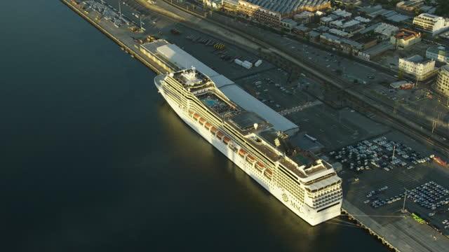 aerial view cruise ship docked fremantle harbor perth - フリーマントル点の映像素材/bロール