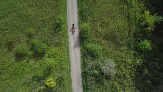 4K Luftbild Radfahren in der Natur