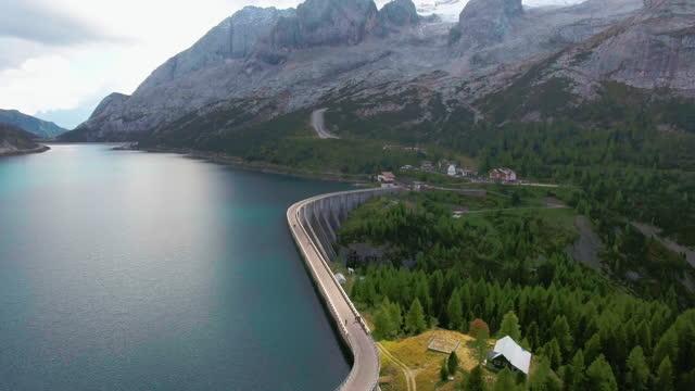 diga vista aerea sul lago fedaia alpino - valle video stock e b–roll