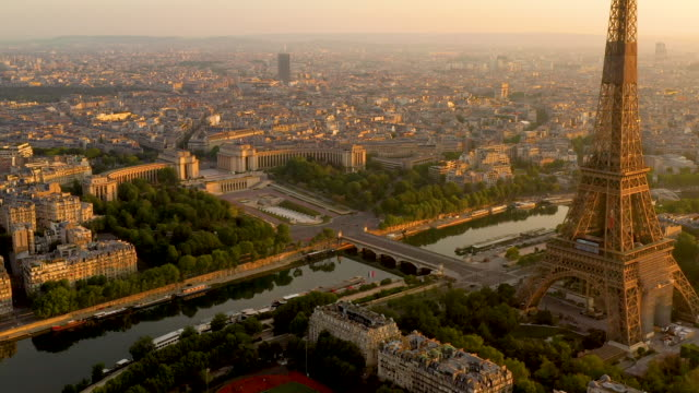 vídeos de stock, filmes e b-roll de aerial view descending from the top of the eiffel tower in paris france at sunrise - arco triunfal