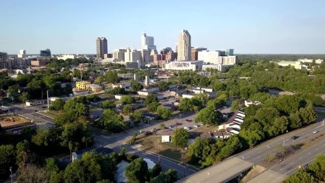 aerial view descent of downtown raleigh, north carolina - ノースカロライナ州点の映像素材/bロール