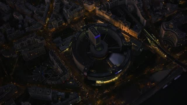 vidéos et rushes de aerial view directly over radio france - maison de la radio with lights on in paris france - radio