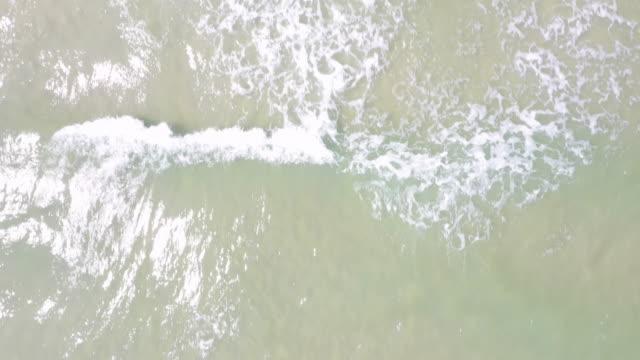 vidéos et rushes de vue aérienne 4k dolly avant les vagues de mer littoral. - travelling sur chariot