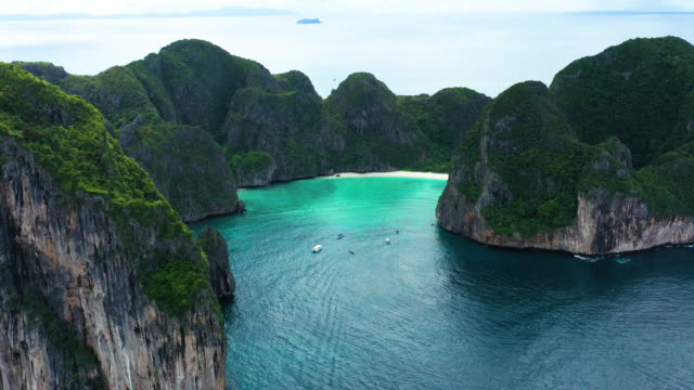 aerial view dolly left of phi phi le, phi phi islands, thailand - phi phi le stock videos & royalty-free footage