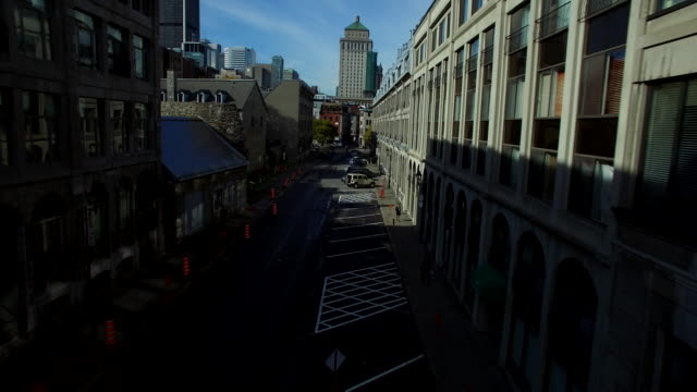 vídeos y material grabado en eventos de stock de aerial view down old montreal street pull up to reveal montreal city scape - montreal
