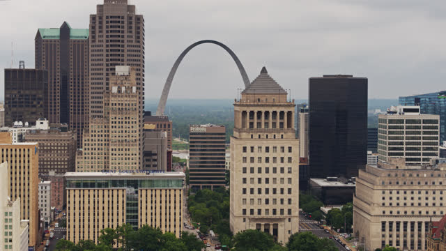 aerial view down st louis streets looking towards gateway arch and mississippi river - st. louis missouri stock videos & royalty-free footage