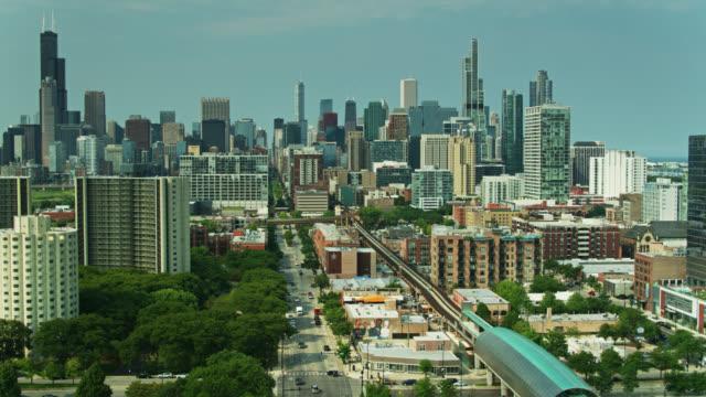 エアリアルビューダウンステートセントとl列車は、南側の近くからシカゴのダウンタウンに向かって - イリノイ州点の映像素材/bロール