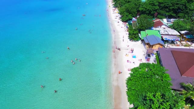 vídeos de stock e filmes b-roll de aerial view drone footage of the coastline and tourist koh chang beach top view. - pairar