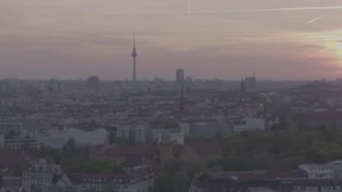 vídeos y material grabado en eventos de stock de aerial view, drone shot of berlin, capital of germany - berlín