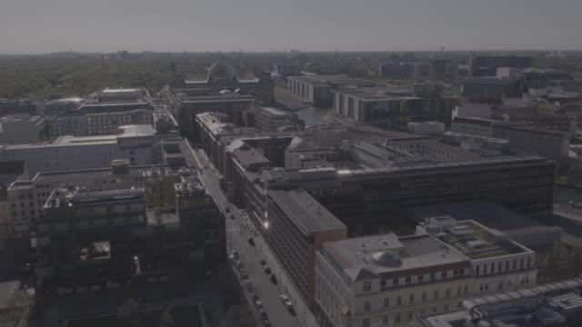 vídeos y material grabado en eventos de stock de aerial view, drone shot of berlin, capital of germany - centro de berlín