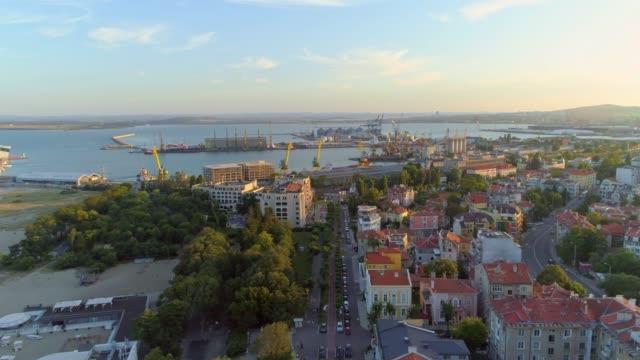 luftbild-drohne seite schwenken schuss seehafen in burgas, bulgarien - bulgarien stock-videos und b-roll-filmmaterial
