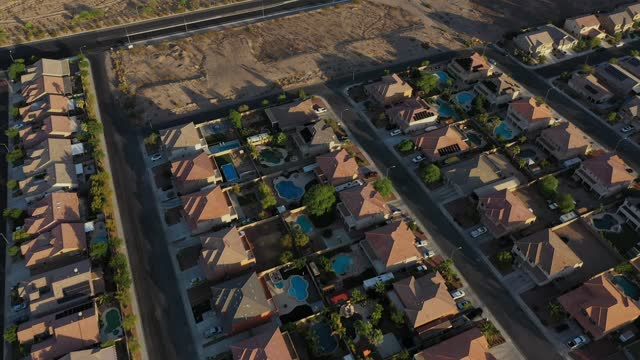 stockvideo's en b-roll-footage met aerial view, drone, urban sprawl is seen spreading across the desert and increasing water demands as drought continues to worsen on july 1, 2021 in... - southwest usa