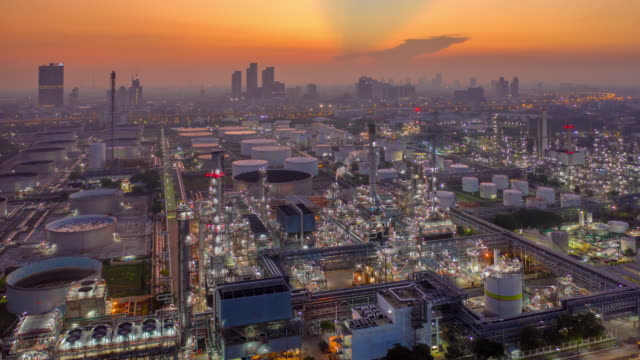 vídeos de stock e filmes b-roll de aerial view dronelapse, hyperlapse or timelapse of industrial park with oil refinery and storage tank in asia at sunrise - petroquimica