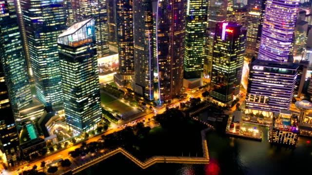 vista aerea dronelapse o iperlapse della finanziaria centrale business district costruzione della città di singapore di notte - singapore video stock e b–roll