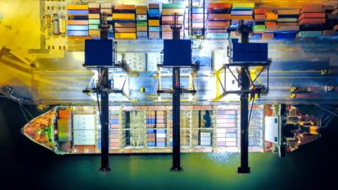 vidéos et rushes de vue aérienne drone-déchéance ou time-lapse d'industrialo-portuaire avec conteneurs navire dans la nuit en asie du sud-est - transport nautique