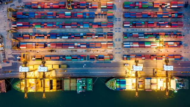 航空写真ビュー ドローン経過または夜のコンテナー船東南アジアでの工業港のコマ撮り - 桟橋点の映像素材/bロール