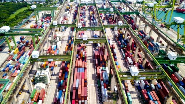 aerial view drone-förfaller eller tidsfördröjd av industrihamnen med behållare fartyget i singapore - idka handel bildbanksvideor och videomaterial från bakom kulisserna
