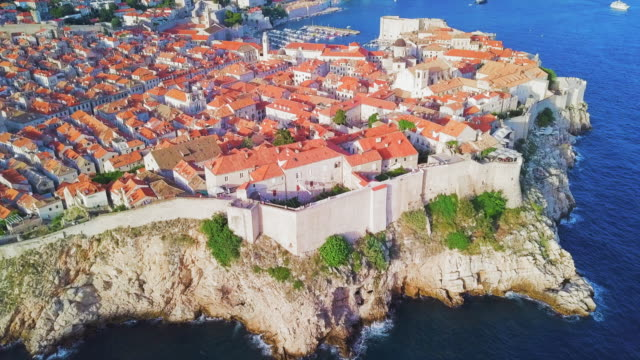 aerial view dubrovnik cliffs, wall & old town - croazia video stock e b–roll