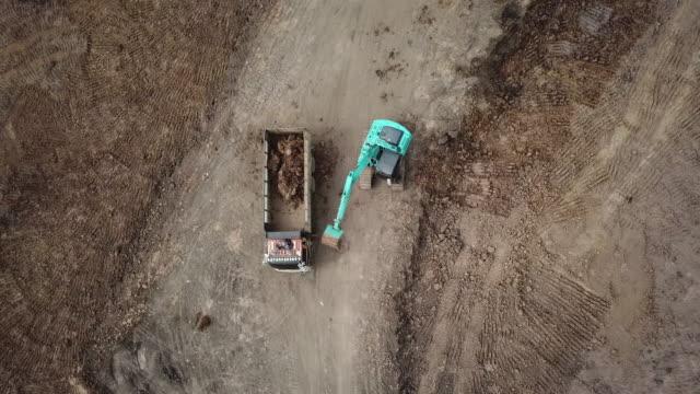 luftbild-muldenkipper arbeiten auf platz rund um reisfeld - bagger stock-videos und b-roll-filmmaterial