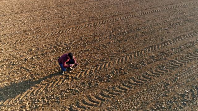 MS-Aerial View Landwirt mit digital-Tablette in sonniger, ländlicher Gepflügtes Feld
