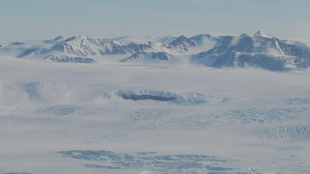 南極の氷河の上を飛んで空撮 - 南極点の映像素材/bロール