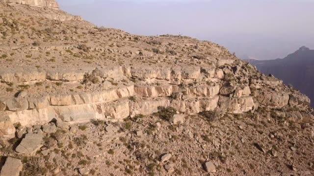 vídeos y material grabado en eventos de stock de aerial view flying over canyon - omán