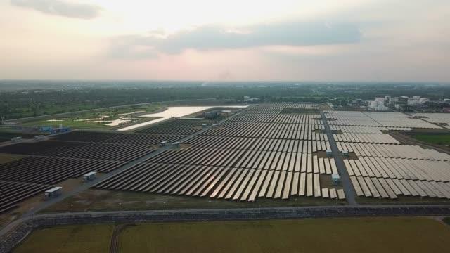 luftaufnahme über großen industriellen solarstrombetrieb - steuerpult stock-videos und b-roll-filmmaterial