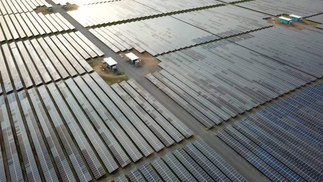 vídeos y material grabado en eventos de stock de vista aérea volando sobre granja solar grande - empresa de carácter social