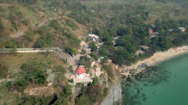 4K: luchtfoto vliegen over de oceaan rif en tropisch eiland