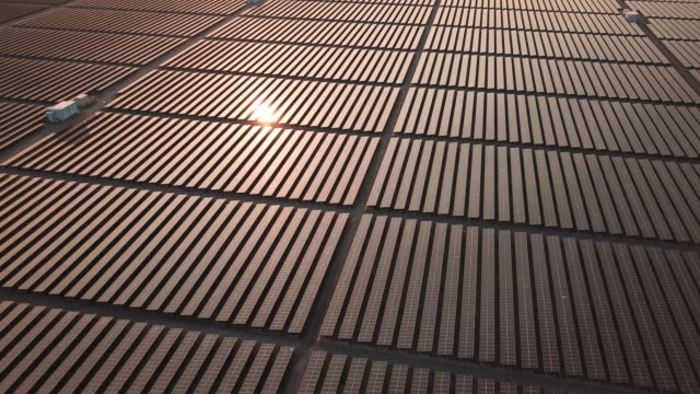 luftaufnahme über solarparkstation :energiekonzept - fuel and power generation stock-videos und b-roll-filmmaterial
