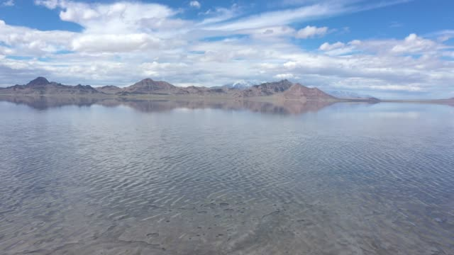 stockvideo's en b-roll-footage met aerial view flying over the bonneville salt flasts covered in water - bonneville zoutvlakte