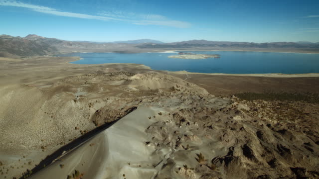 vidéos et rushes de aerial view flying over the north coulee of mono craters towards mono lake. - dépression terrestre