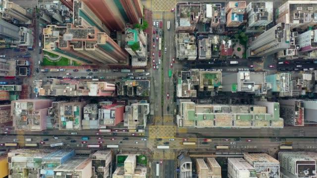 vídeos y material grabado en eventos de stock de imágenes aéreas del distrito central en el puerto de victoria y la costa de hong kong en un día nublado - zona urbana
