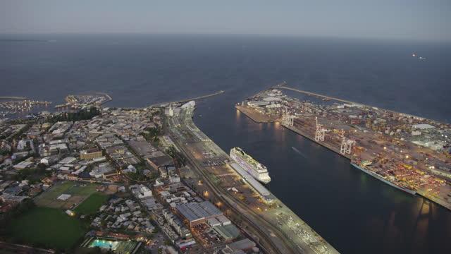 aerial view fremantle harbor evening lights at sunset - フリーマントル点の映像素材/bロール