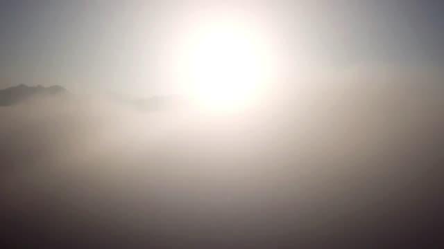 vídeos y material grabado en eventos de stock de vista aérea desde el dron sobre las nubes y el cielo - alcanzar