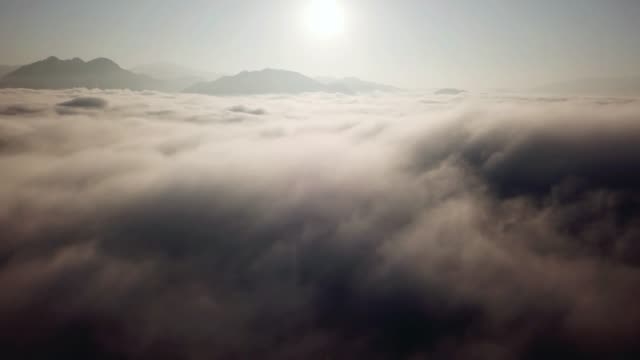 vídeos de stock e filmes b-roll de aerial view from drone above the clouds and sky - no alto