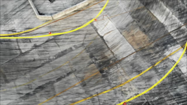 Luftaufnahme von Drohne Auto Antrieb-Kampf auf der Speedstrecke.